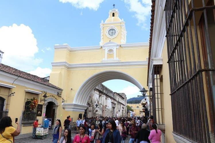 Visitantes caminan el área del Arco de Santa Catalina, en Antigua Guatemala. (Foto Prensa Libre: Renato Melgar).