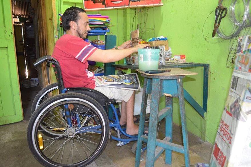 Oliva prepara insumos para la elaboración de piñatas, en Retalhuleu. (Foto Prensa Libre: Jorge Tizol)