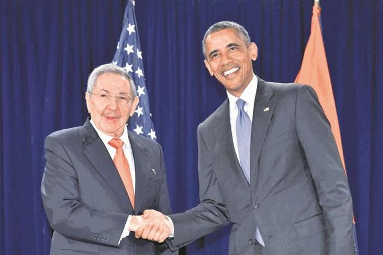 Raúl Castro (i) presidente cubano, junto a su homólogo de EE. UU., Barack Obama, en septiembre de 2015. (Foto: Hemeroteca PL)