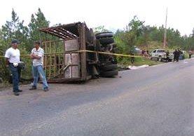 Camión queda volcado en la ruta que conduce de Chiquimula a Ipala, donde murieron tres personas en el percance vehicular. (Foto Prensa Libre: DTPNC)