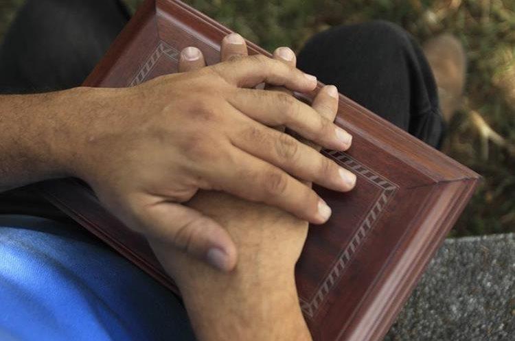 Guardar las cenizas de un ser querido tiene gran significado para los deudos. (Foto Prensa Libre: Oscar Felipe)
