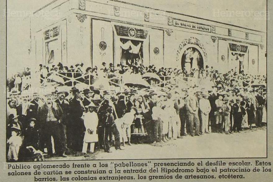 Capitalinos salen a las calles para observar el desfile que inauguraría las fiestas a Minerva. (Foto: Hemeroteca PL)