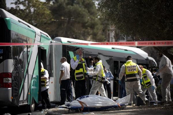El cuerpo de un israelí herido en una balacera es trasladado a un hospital en Jerusalén.
