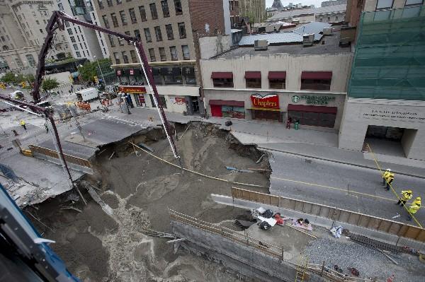 Trabajadores rellanan parte del hundimiento de tierra en Ottawa. (AP).