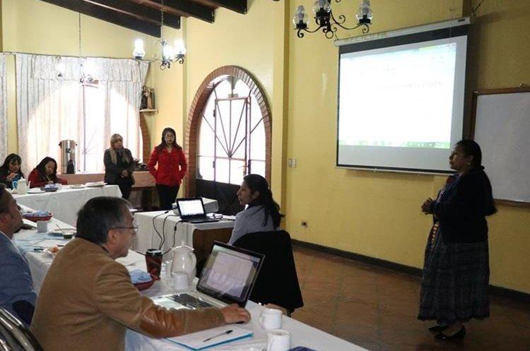 La reunión para analizar el presupuesto 2018 se llevó a cabo en el Centro de Orientación Familiar. (Foto Prensa Libre: María José Longo)