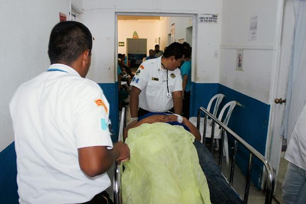 Una mujer  es atendida en el Hospital Nacional de Jutiapa, con una herida de bala en la pierna. (Foto Prensa Libre: Óscar Figueroa)