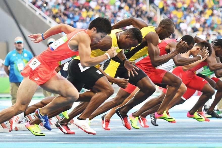 Usain Bolt toma la salida en los 100 metros ayer donde ganó el heat 7 con 10.07. (Foto Prensa Libre: EFE)