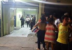 El agente falleció a su ingreso al seguro social de Puerto San José, Escuintla. (Foto Prensa Libre: Enrique Paredes)