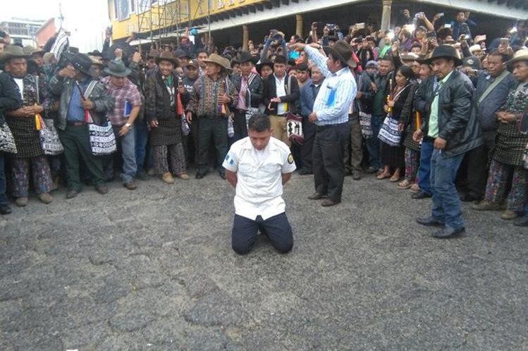 El subcomisario recibió 20 azotes, ya que es sindicado de extorsión. (Foto Prensa Libre: Ángel Julajuj)