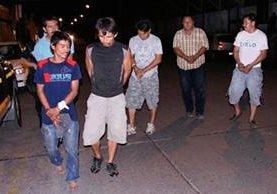 Seis hombres fueron capturados en Tiquisate, Escuintla, por supuestamente haber disparado contra una vivienda. (Foto Prensa Libre: Carlos Paredes)