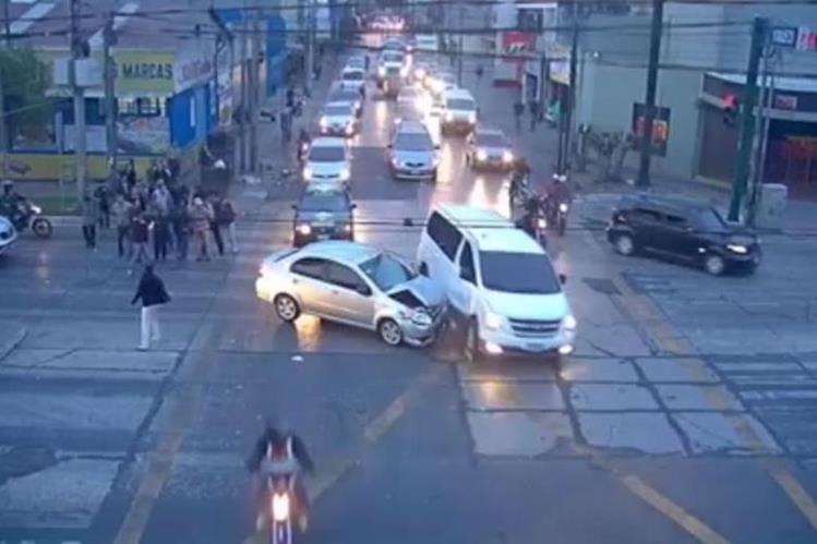 Un automovilista fue grabado por cámaras de seguridad en la zona 9 capitalina, cuando arrolla a una mujer y choca contra otro automotor. (Foto Prensa Libre: Facebook Vocero MuniGuate)