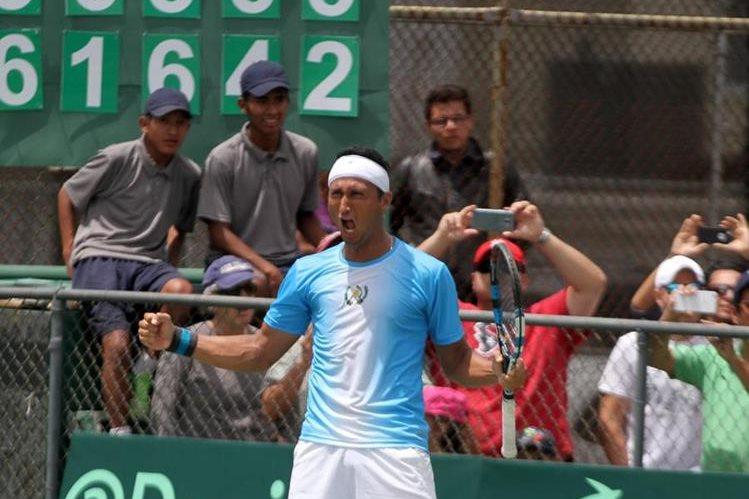 Christopher Díaz festeja a todo pulmón después de haber vencido al uruguayo Martín Cuevas, en el cuarto juego de Copa Davis. (Foto Prensa Libre: Cortesía CDAG)