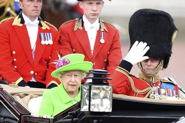 La reina Isabel II y al príncipe Felipe de Edimburgo durante un desfile militar en Londres. (EFE)
