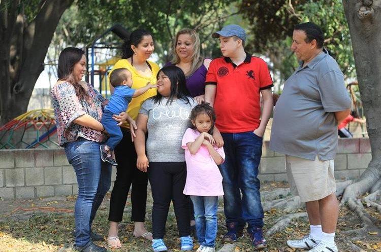 La familia Fernández Ramírez lucha cada día por brindarle un mejor futuro a Tony. (Foto Prensa Libre: Esbin García)