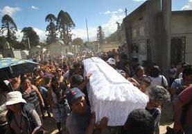 Las familias y la sociedad lamentan las muertes, piden justicia y exigen la renuncia del presidente por el incendio. (Foto Prensa Libre: E. Paredes)