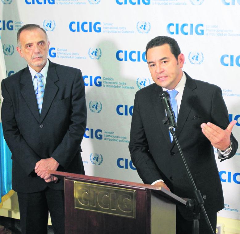 Iván Velásquez junto a Jimmy Morales durante una conferencia de prensa. (Foto Prensa Libre: Hemeroteca PL)