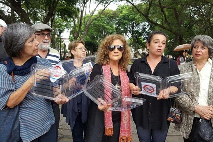 Un grupo de personas manifestó su rechazo a la decisión de trasladar a la Feria del Libro a otra sede (Foto Prensa Libre: Julio Sicán).