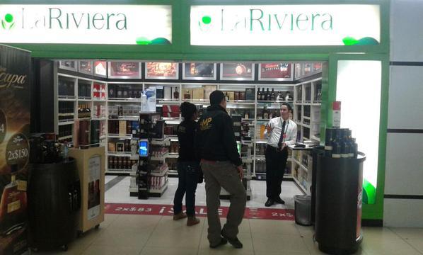 Por orden judicial el Ministerio Público cerró diez locales en el Aeropuerto La Aurora. (Foto Prensa Libre: @MPguatemala)<br />