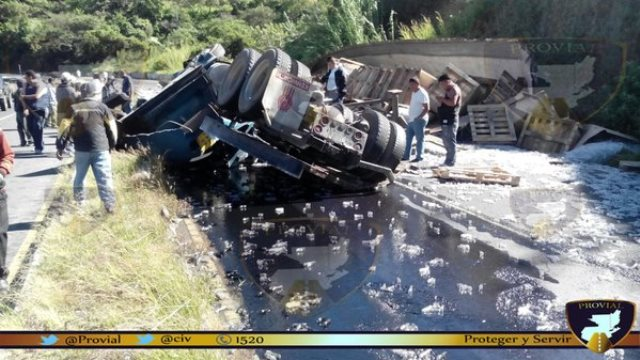 El tráiler volcó en el kilómetro 33 de la ruta a El Salvador. (Foto Prensa Libre: Provial)