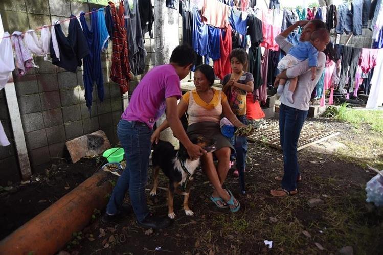 Los residentes de varias comunidades permanecen en un refugio temporal en Escuintla, la mayoría de ellos quedaron desempleados luego de la tragedia del Volcán de Fuego. (Foto Prensa Libre: AFP)