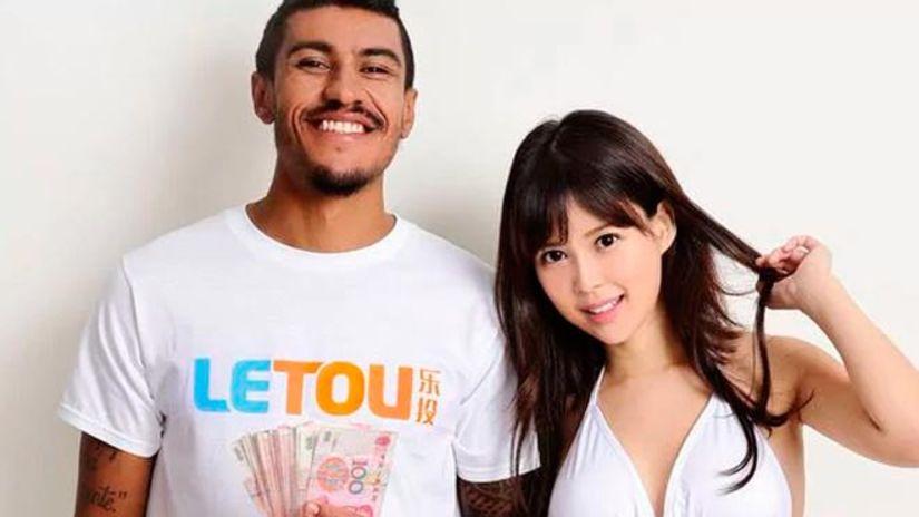 Paulino posa junto a la actriz porno Tsukasa Aoi con quien promociona una casa de apuestas y por lo que es criticado en china. (Foto Prensa Libre: tomada de internet).