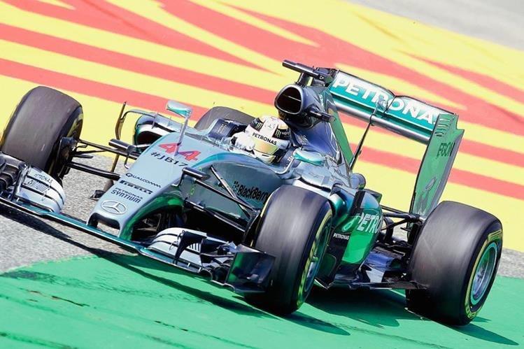 Lewis Hamilton compite en las segundas prácticas del GP de Hungría. (Foto Prensa Libre: AFP)
