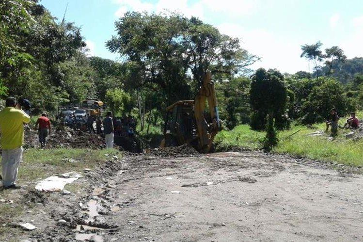 Área donde colapsó el puente en Los Amates, Izabal. (Foto Prensa Libre: Dony Stewart).