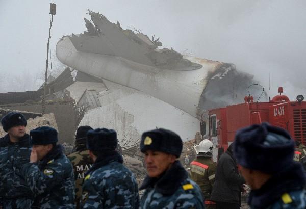 Una parte de la cola del avión quedó sobre el techo de una casa. (AFP).