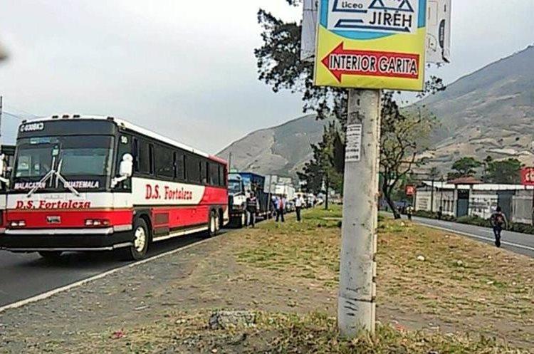 Autobuses con pasajeros quedaron atrapados en el tránsito. Foto Prensa Libre:@PampichiNews