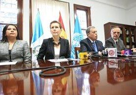 La coordinadora residente de Naciones Unidas en Guatemala, Valerie Julliand y el comisionado de la Cicig, Iván Velásquez, reciben la donación de €7.3 millones de la Embajada de España. (Foto Prensa Libre: Esbín García)