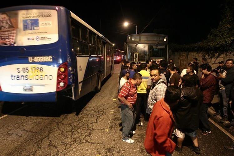 Pilotos de Transurbano bloquean la Avenida Petapa y la calzada Atanasio Tzul, en la zona 12. (Foto Prensa Libre: Álvaro Interiano)