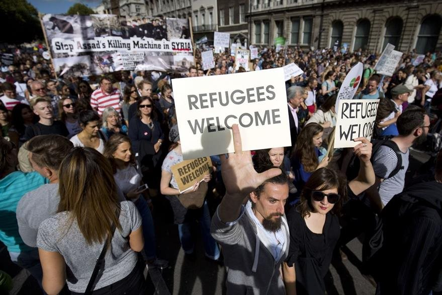 Europeos dan la bienvenida a refugiados de Oriente Medio que huyen de las guerras. (AFP)