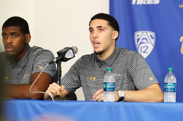 LiAngelo Ball y Cody Riley del equipo masculina de UCLA ofrecieron una conferencia de prensa, donde agradecieron a Donald Trump por su liberación en China. (Foto Prensa Libre: AFP)