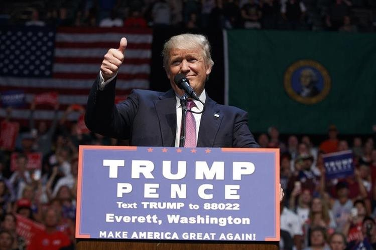 Trump, que ha suavizado su postura ante la migración, aceptó la invitación de Peña Nieto. (Foto Prensa Libre: AP)