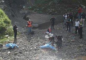 Debajo del puente Villa Lobos fue localizado el cuerpo de un peatón que fue arrastrado por una correntada en la ruta Interamericana. (Foto Prensa Libre: Érick Ávila)