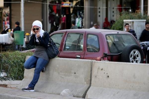 <p>Una mujer siria habla por teléfono celular en el centro de Damasco el 7 de noviembre pasado. (AFP).<br></p>