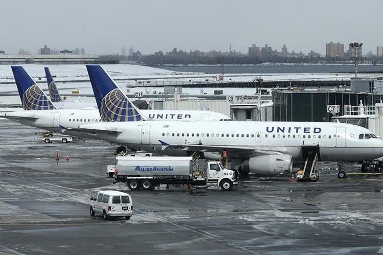 Pasajeros de la aerolínea estadounidense United Airlines han sido expulsados de varios vuelos en las últimas semanas. (Foto Prensa Libre: AP)