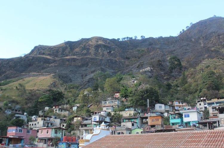 El fuego amenazaba con expandirse a las viviendas aledañas. (Foto Prensa Libre: Ángel Julajuj)