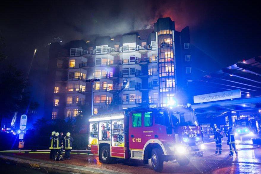 Bomberos trabajan en apagar el incendio del hospital Bergmannsheil en Bochum, Alemania. (AP).