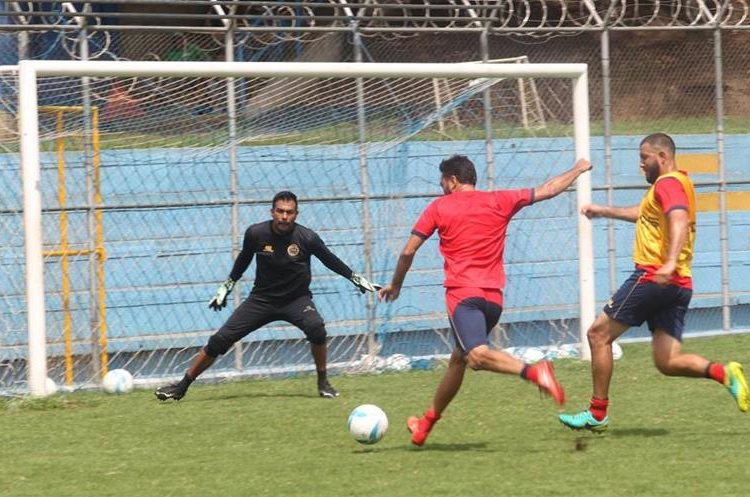 Carlos Kamiani Félix antes de pegarle al balón durante el entrenamiento de este viernes. Este disparo terminó en las redes del a portería defendida por Paulo César Motta (Foto Prensa Libre: Jorge Ovalle).