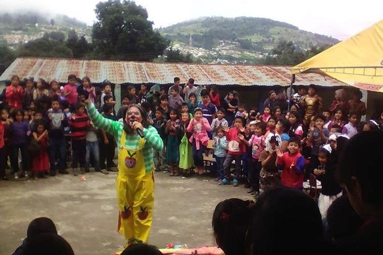 Manzanita comparte su talento de hacer reír a las familias quetzaltecas. (Foto Prensa Libre: Fred Rivera)