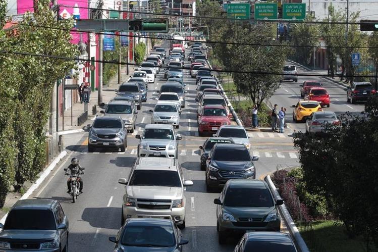 El crecimiento en las importaciones de autos impacta en el tránsito. (Foto Prensa Libre: Hemeroteca PL.)