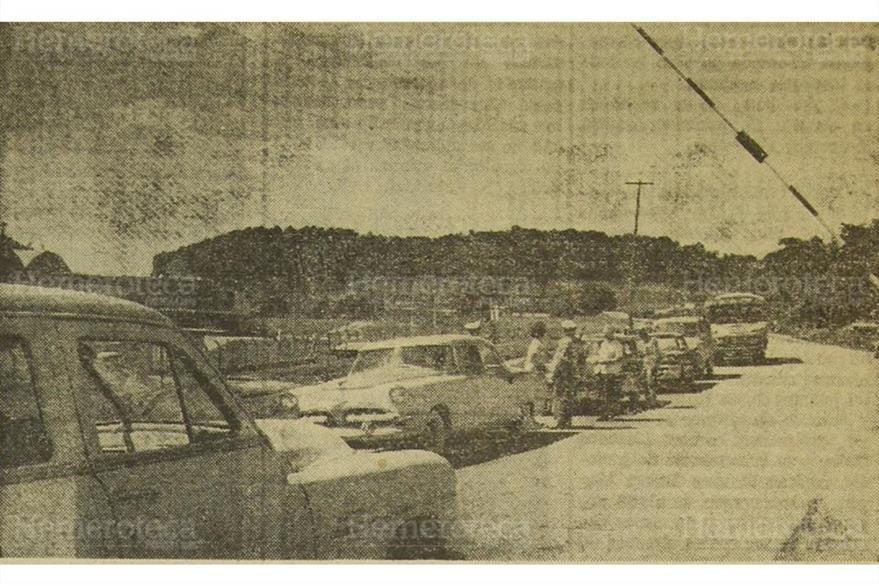 Revisión de automóviles en la ruta al Atlántico, el 14 de noviembre de 1960. (Foto: Hemeroteca PL)