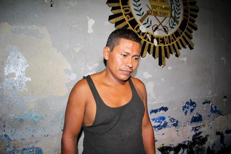 Marco Antonio Mejía Valiente es capturado en San Felipe, Retalhuleu, por portación ilegal de arma de fuego. (Foto Prensa Libre: Rolando Miranda)