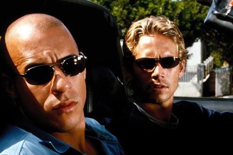 Vin Diesel y Paul Walker (fallecido en 2013), en la primera película de la exitosa saga de carreras. (Foto: Hemeroteca PL).