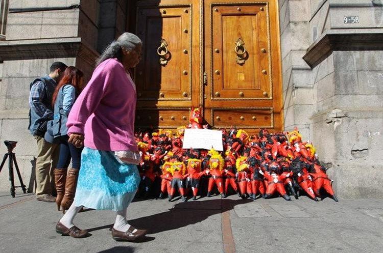 Las personas observan la original protesta y leen el mensaje para los diputados. (Foto Prensa Libre: Álvaro Interiano)