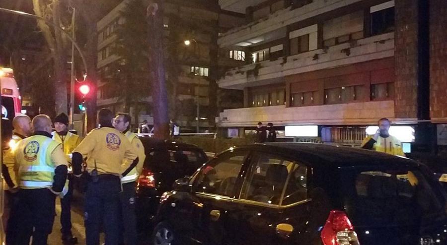 La Policía resguarda el lugar donde ocurrió la balacera, en Madrid. (Foto Prensa Libre: EFE).