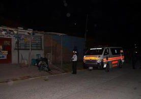 Los cuerpos quedaron tendidos afuera de una tienda. (Foto Prensa Libre: Bomberos Voluntarios)