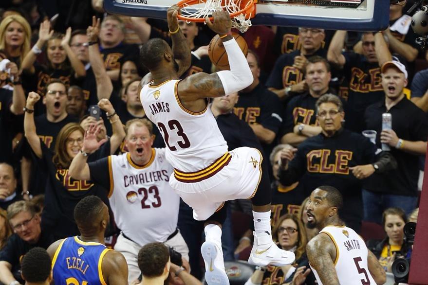"""LeBron tiene a los """"Cavs"""" con vida en los payoffs de la NBA. (Foto Prensa Libre: AFP)"""