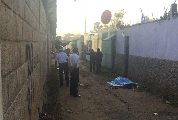 El hallazgo del cadáver de un hombre que en apariencia fue decapitado se localizó en Tierra Nueva 1, Chinautla. (Foto Prensa Libre: Bomberos Voluntarios)